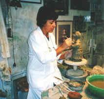 Silvana intenta a modellare un chierichetto 2001
